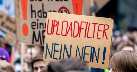 Bei der Save the Internet-Demonstration am 23. März 2019 in Hamburg gegen die geplante EU-Urheberrechtsreform hält ein Teilnehmer ein Schild mit der Aufschrift: Uploadfilter. Nein nein! © picture alliance/xim.gs