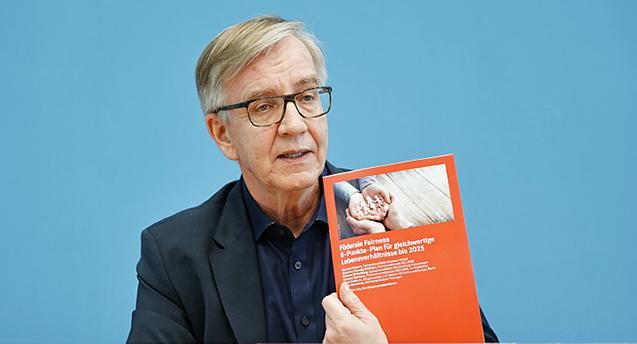 Dietmar Bartsch bei der Vorstellung des 8-Punkte-Plans für gleichwertige Lebensverhältnisse bis 2025