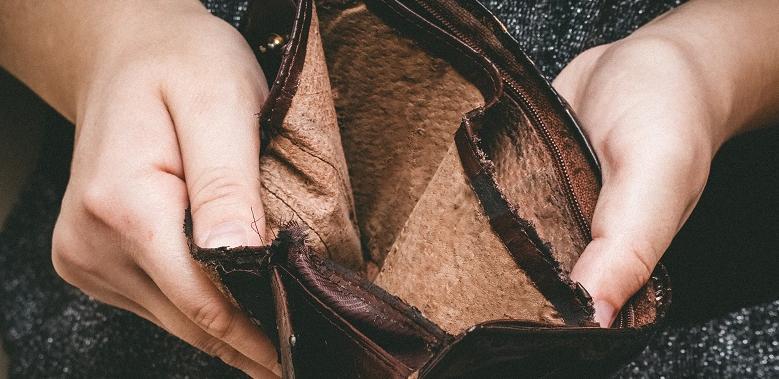 Hände halten ein leeres Portemonnaie auf