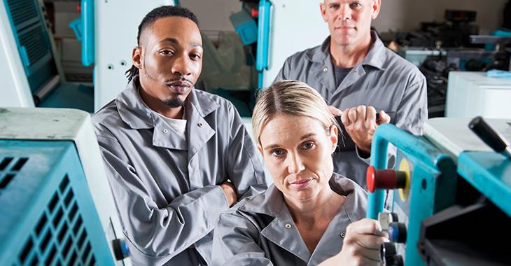 Drei Industriearbeiter / © iStockphoto/Kali9