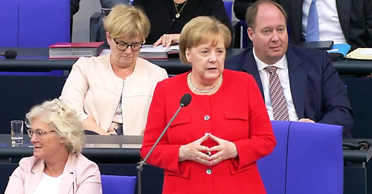 Bundeskanzlerin Angela Merkel im Plenum des Bundestages bei der Befragung durch Abgeordnete