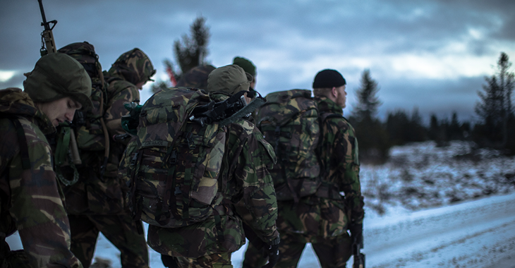 Soldaten marschieren im Rahmen des Trident Juncture Manövers ©NATO