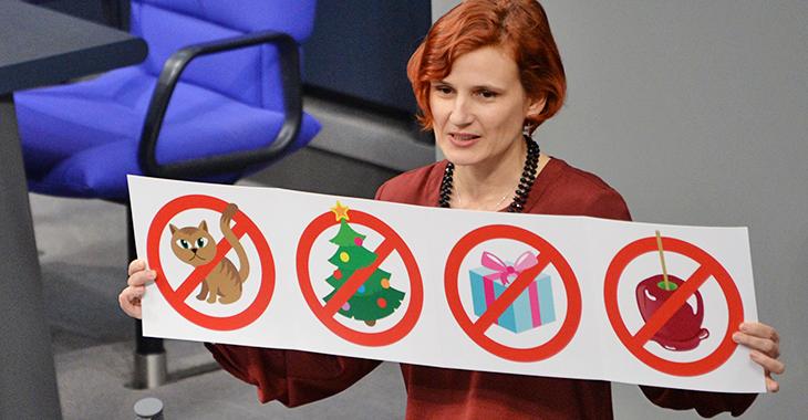 Katja Kipping hält am Rednerpult eine Grafik, die veranschaulicht, für welche Ausgaben zu Weihnachten kein Geld im Hartz-IV-Regelsatz vorgesehen ist. Foto: © Deutscher Bundestag/Achim Melde