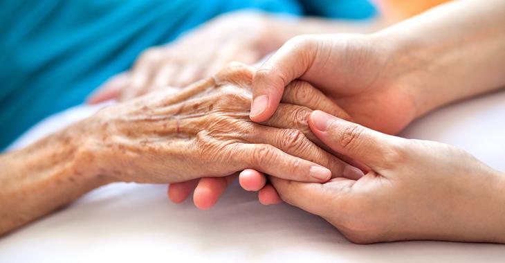 Eine ältere und eine jüngere Frau halten sich an den Händen. ©iStock/Barcin