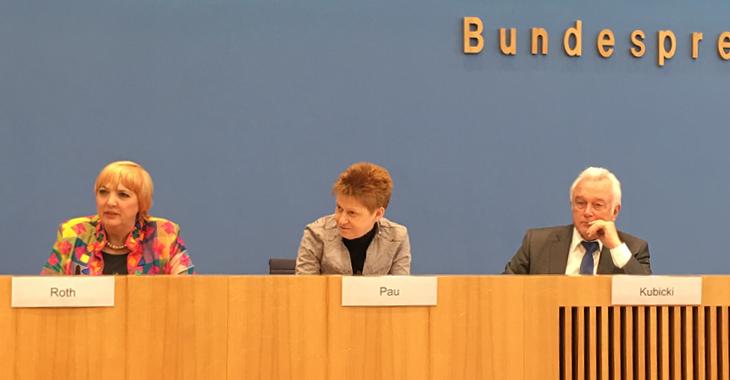 Claudia Roth, Petra Pau und Wolfgang Kubicki stellen den gemeinsamen Antrag zur Alterssicherung jüdischer Kontingentflüchtlinge vor.
