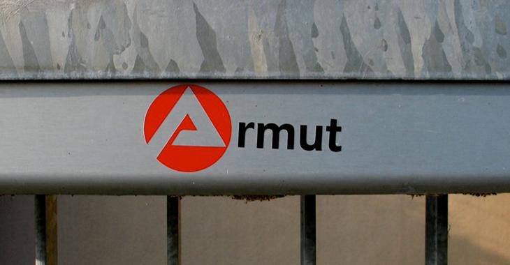 Mit dem Buchstaben A aus dem Arbeitsagentur-Symbol ist das Wort Armut zusammengesetzt © flickr.com/leralle