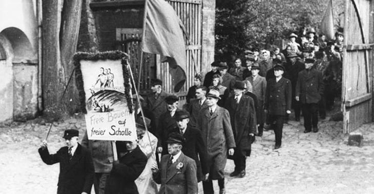 Demonstrationszug zur Bodenreform in der sowjetischen Besatzungszone 1945 ©Bundesarchiv