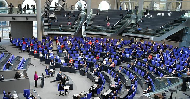 Bundestagssitzung im Plenarsaal mit Kanzlerin Angela Merkel am Pult @DBT/Achim Melde