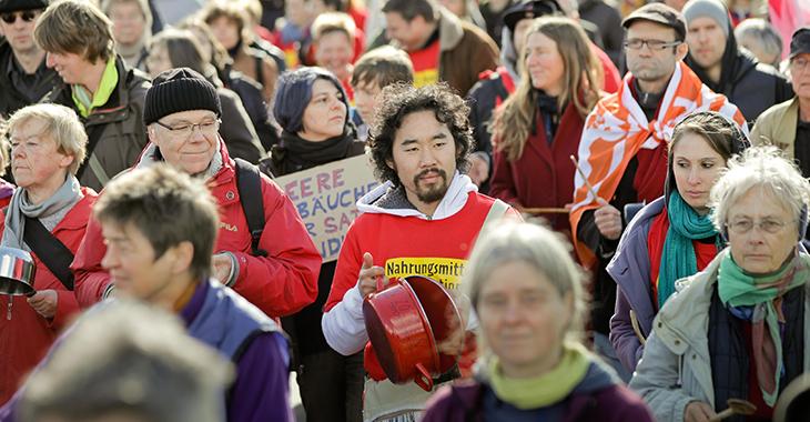 Menschen demonstrieren für Nahrungsmittelsicherheit. Bild: Flickr.com/Campact (CC BY-NC 2.0)