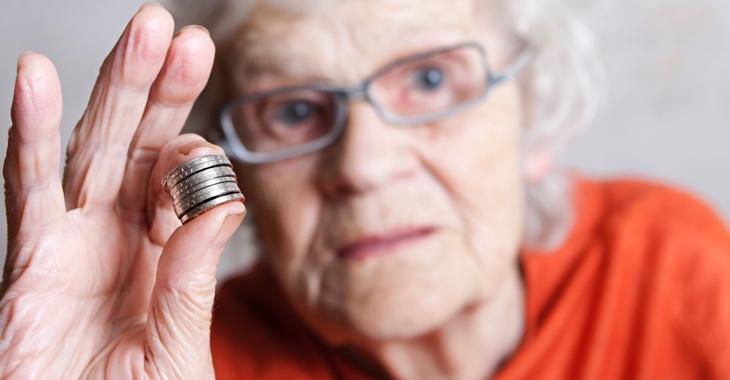 Ältere Frau hält Münzen in der Hand © iStockphoto.com/Rendery