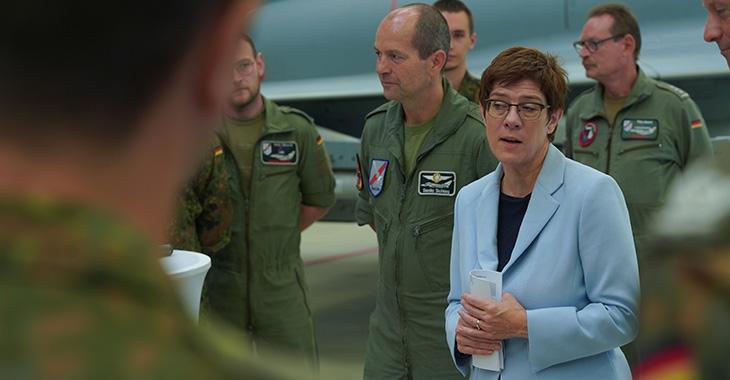 Verteidigungsministerin Annegret Kramp-Karrenbauer vor Soldaten ©ddp United Archives