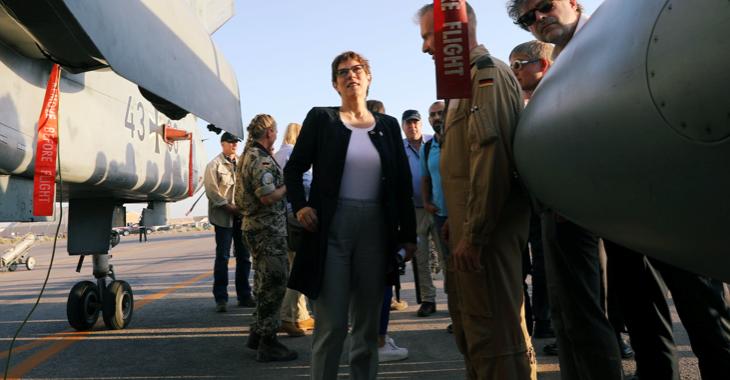 Bundesverteidigungsministerin Annegret Kramp-Karrenbauer vor einem Kampfjet der Bundeswehr ©REUTERS/Muhammad Hamed