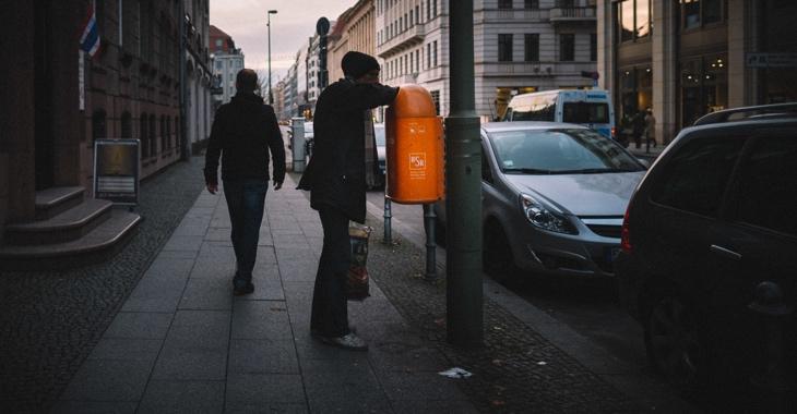 Ein Mann greift in Berlin in einen Mülleimer der BSR © picture alliance/Robert Schlesinger