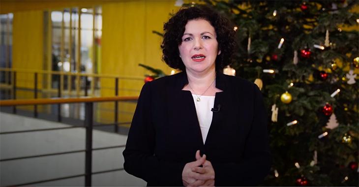 Fraktionsvorsitzende Amira Mohamed Ali vor einem Weihnachtsbaum