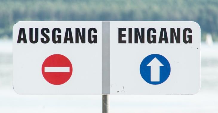 Zwei Schilder für Ausgang und Eingang direkt nebeneinander © iStock/wakila