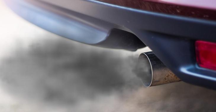 Ein Autoauspuff stößt Qualm aus © Qualm iStock/olando_o