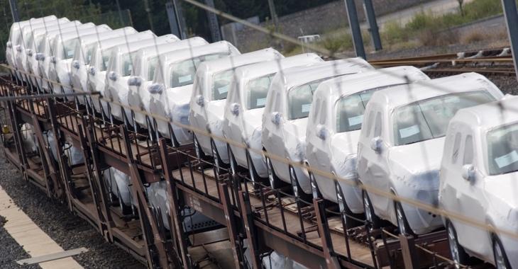 Verhüllte Autos auf Eisenbahnwagons © iStock/bunhill