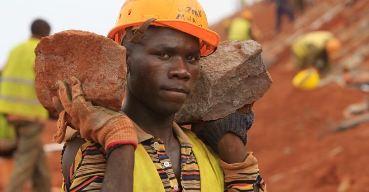 Ein Bauarbeiter in Kenia trägt zwei Steine © REUTERS/Noor Khamis