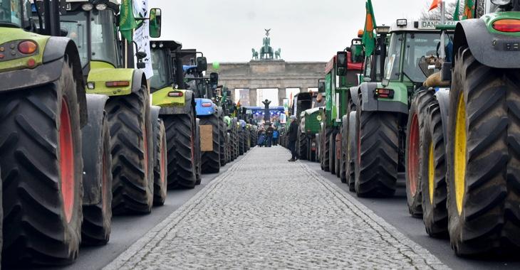 Traktoren vor dem Brandenburger Tor in Berlin bei der Bauern-Demonstration für eine Agrarwende am 26. November 2019 ©dpa/Paul Zinken