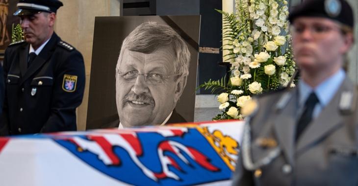 Ein Foto und zwei Bundeswehrsoldaten am Sarg des ermordeten CDU-Politikers Walter Lübcke © dpa/Swen Pförtner