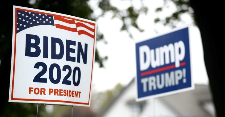 Wahlplakate mit der Aufschrift »Biden 2020 for President« und »Dump Trump!« © REUTERS/Hannah McKay