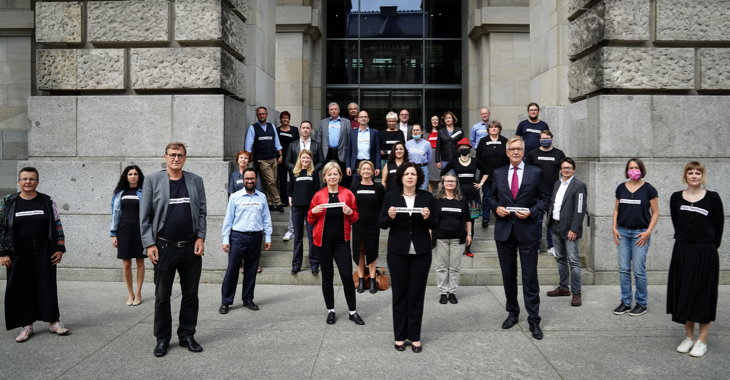 Die Vorsitzenden Amira Mohamed Ali, Dietmar Bartsch und weitere Mitglieder der Linksfraktion bekunden vor dem Reichstag mit Schildern #BlackLivesMatter und #SayTheirNames ihren Protest gegen Rassismus und ihre Solidarität mit dessen Opfern