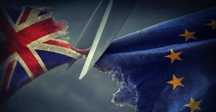 Brexit: Eine Schere zertrennt eine britische Flagge und eine EU-Fahne © iStock/egal