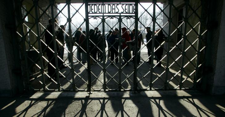 Besucher stehen hinter dem Eingangstor des ehemaligen Konzentrationslagers Buchenwald © REUTERS/Arnd Wiegmann