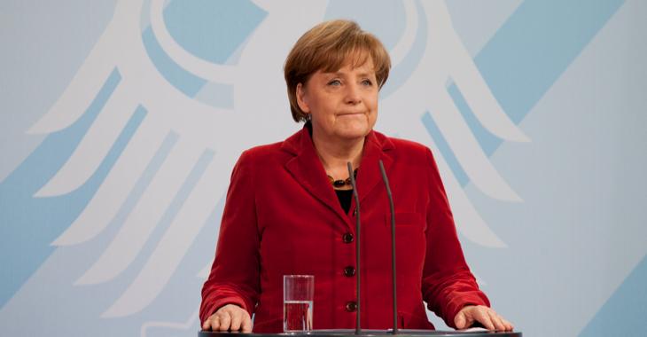 Bundeskanzlerin Angela Merkel bei einer Pressekonferenz vor dem Bundesadler © picture alliance/dpa/Herbert Knosowski