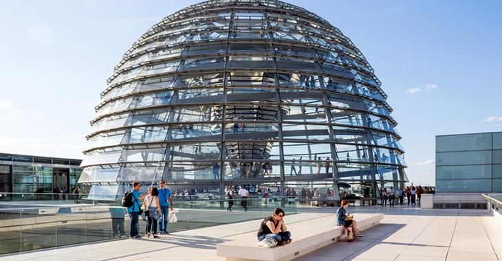 Glaskuppel auf dem Plenargebäude des Bundestages © flickr.com/infomastern