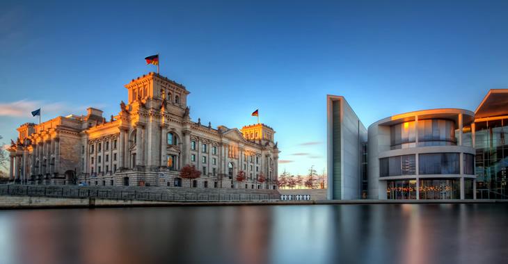 Plenargebäude des Bundestages und Paul-Löbe-Haus bei Sonnenaufgang und blauem Himmel © Nico Trinkhaus/sumfinity.com
