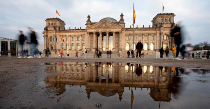 Das Pleargebäude des Bundestages spiegelt sich in einer Pfütze ©picture alliance/dpa/Christoph Soeder