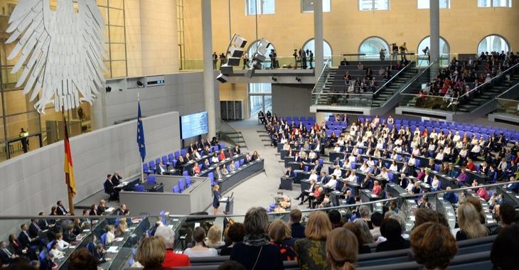 Blick von der Besuchertribüne in der voll besetzten Plenarsaal des Bundestages © DBT/Achim Melde