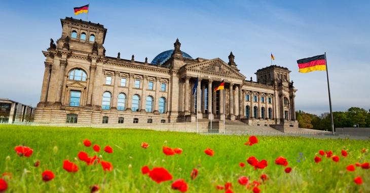 Mohnblumen auf der Wiese vor dem Plenargebäude des Bundestages in Berlin © iStock/SerrNovik