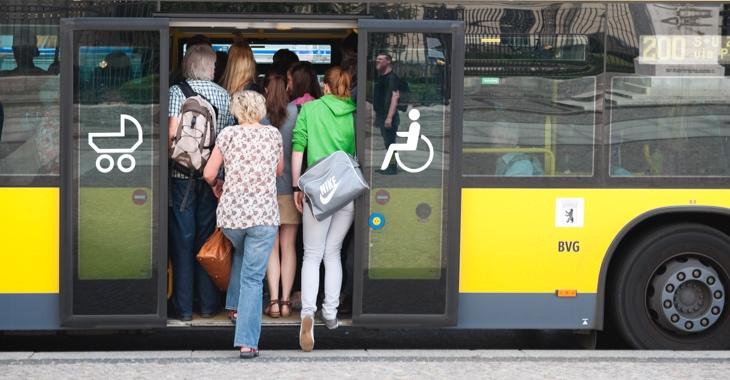 Fahrgäste drängen in einen überfüllten BVG-Bus in Berlin © iStock/freie-kreation