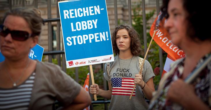 Bei einer Campact-Aktion gegen die von der Bundesregierung geplante Erbschaftsteuerreform hält eine Teilnehmerin ein Schild mit der Aufschrift »Reichenlobby stoppen!« © Jakob Huber/Campact