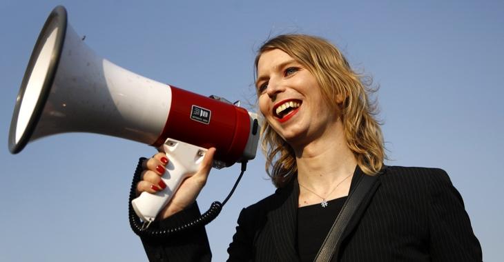 Whistleblowerin Chelsea Manning hält ein Megafon © picture alliance/AP Photo/Patrick Semansky