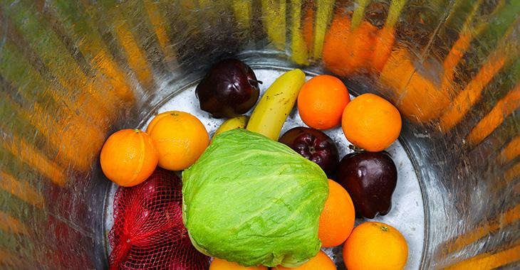 Frische Lebensmittel in einer Abfalltonne