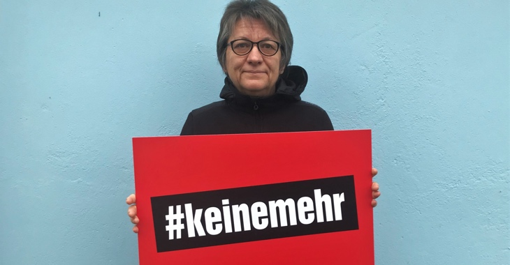Cornelia Möhring hält zum Tag gegen Gewalt an Frauen ein Schild mit der Aufschrift #keinemehr.