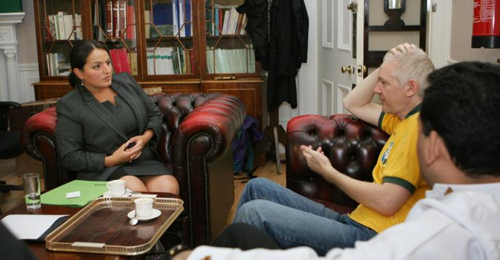 Sevim Dagdelen trifft Julian Assange im September 2012 in der Botschaft Ecuadors in London