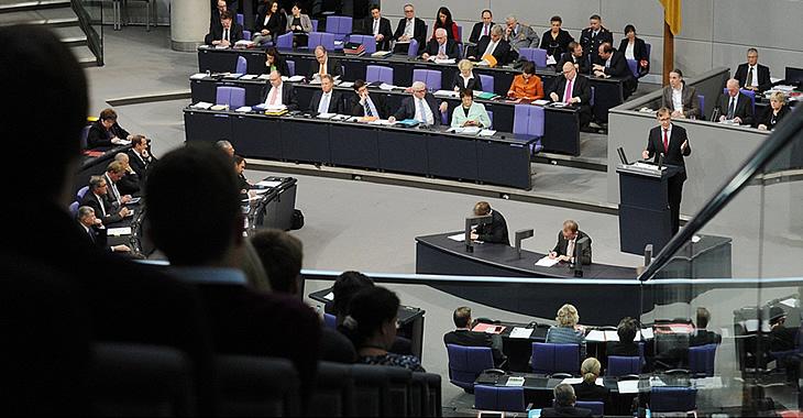Blick auf die Regierungsbank im Plenarsaal des Bundestages während einer Rede von Dietmar Bartsch © DBT/Achim Melde