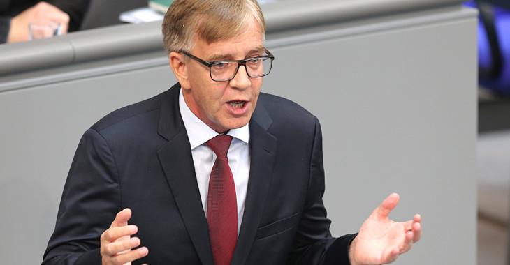 Dietmar Bartsch am Rednerpult des Bundestages © dpa