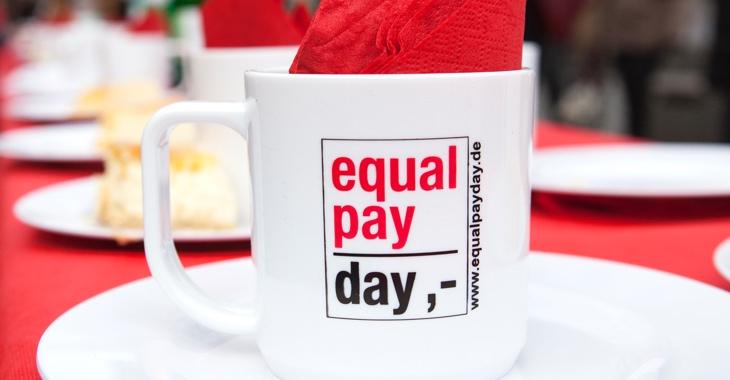 Eine weiße Tasse mit der Aufschrift Qual Pay Day ©iStock/ollo