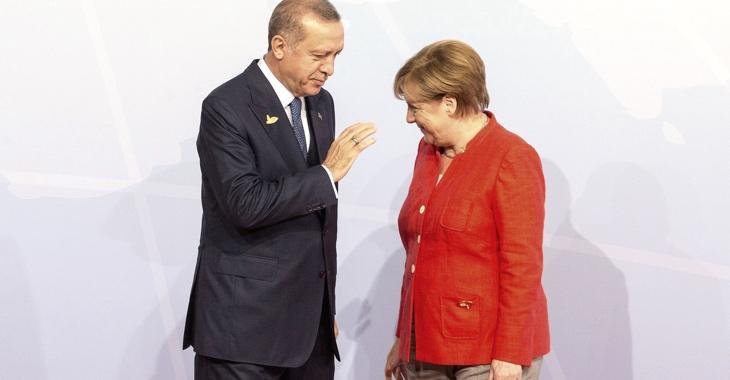 Kanzlerin Merkel verbeugt sich am 7. Juli 2017 beim G20-Gipfel in Hamburg vor dem türkischen Präsidenten Erdogan © picture alliance/Geisler-Fotopress