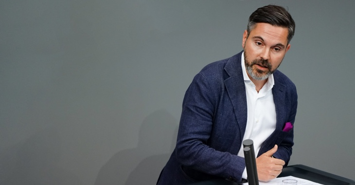 Fabio De Masi am Rednerpult des Bundestages