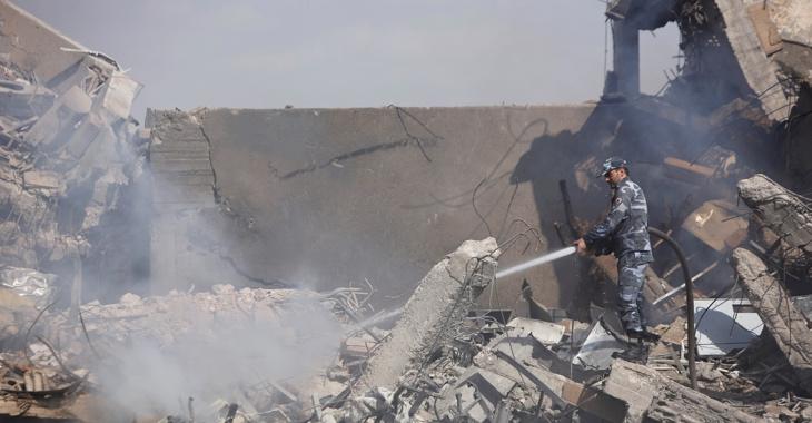 Ein Syrischer Feuerwehrmann in den Trümmern einer Forschungseinrichtung, die bei dem Militärschlag der USA, Frankreichs und Großbritanniens am 14. April 2018 zerstört wurde ©REUTERS/Omar Sanadiki