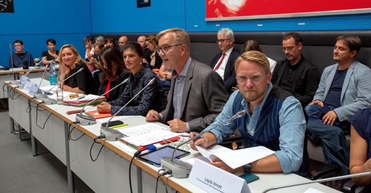 Caren Lay, Sevim Dagdelen, Sahra Wagenknecht, Dietmar Bartsch und Jan Korte (erste Reihe, v.l.n.r.) während einer Fraktionssitzung im Clara-Zetkin-Saal