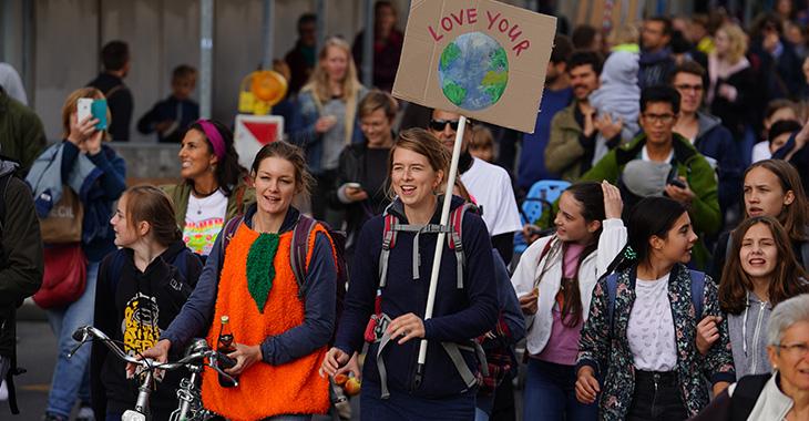 Frauen von Jung bis Alt demonstrieren für das Klima
