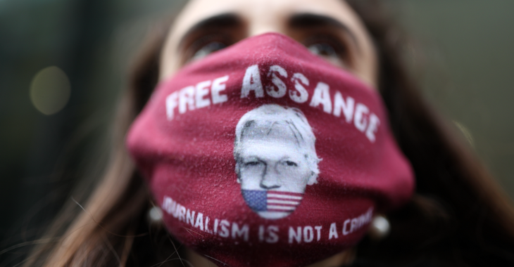 Bei Protesten in London gegen die Auslieferung von Julian Assange an die USA trägt ein Mann eine Maske mit der Aufschrift: Free Assange. Journalism is not a crime © picture alliance/empics/Yui Mok
