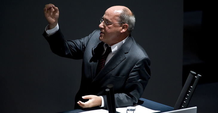 Gregor Gysi am Rednerpult des Bundestages © DBT/Simone Neumann